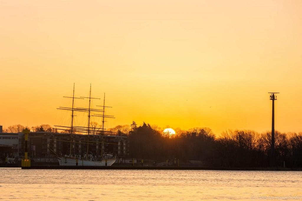 Sunrise hinter Schulschiff Deutschland